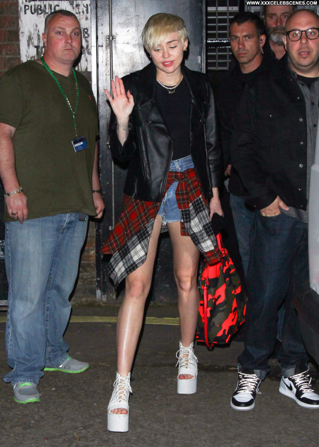 Miley Cyrus No Source Paparazzi London Babe Celebrity Posing Hot